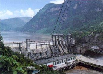 四川沙湾水电站首台发电机组定子吊装成功