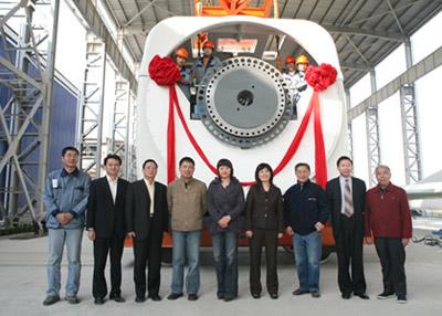 首台1.5兆瓦直驱型风力发电机组吊装成功