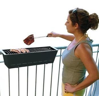 阳台上的烧烤架 想在哪烧就在哪烧着吃